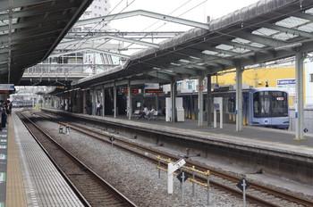 2013年6月28日、清瀬、3015Fの5206レが奥に見えます。右は横浜高速鉄道のY511F、ベイスターズの車体広告があります。
