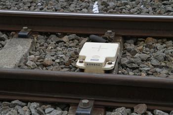 2013年7月13日、ひばりヶ丘、駅近くの地上子。例外的に、分岐器より駅側に設置された、上り線の駅進入箇所のもの。
