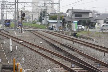 2013年7月24日、所沢、3番ホームの南端から。右が新宿線、手前の斜めの線が池袋・新宿連絡線。