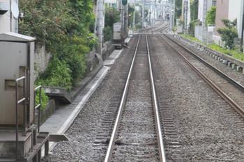 2013年8月4日、池袋~椎名町、上り列車前頭部から撮影。軌道脇の機器箱の横のレールに小さな箱が見えます。