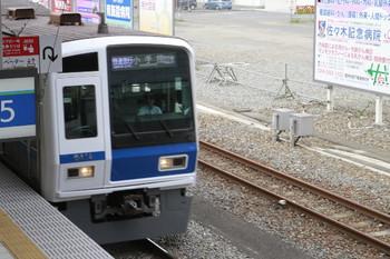 2013年8月4日、所沢、6000系の前頭部の右横のレール(6番線)に小さな箱が見えます。