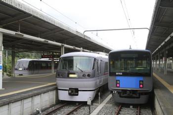 2013年10月14日 15時半頃、西武球場前、左端が6番ホーム留置の10109F、中央が5番ホームに到着した10107Fの下り回送列車。