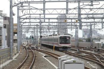 2013年10月14日、石神井公園、5番線に止まる「回送」表示の東急5173F。