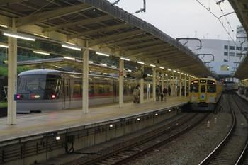 2013年11月3日 16時21分頃、入間市、発車した9103Fの2145レ?に追いついた21レ。