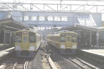 2013年11月23日 8時50分頃、西所沢、左が6121レの2079F、右が6120レだった2501F。