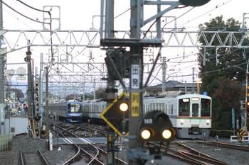 2013年12月1日6時37分頃、清瀬、引き上げ線のY514Fと1番ホームをこれから通過する4000系4+4連の上り回送列車(1001レの送り込み)。