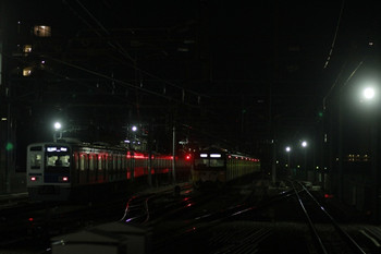 2013年12月15日、石神井公園、左が6115Fの6501レ、右が6番線で発車を待つ回送の3011F。