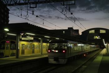 2014年1月4日 6時25分頃、東長崎、左が4番ホームで折り返しを待つ2097Fの回送列車。3番ホームを62レ通過後に下り方へ発車。