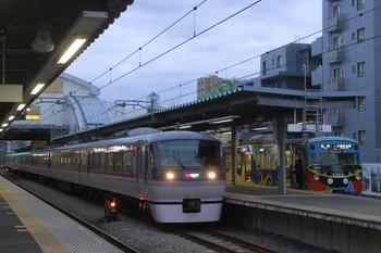 2014年1月5日、東長崎、3レに追い抜かれる5603レの3011F。