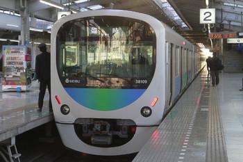 2014年1月26日、飯能、発車を待つ38109Fの西吾野ゆき臨時列車(5901レ)。