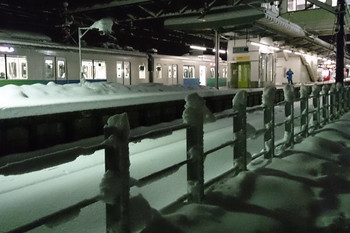 2014年2月15日 5時15分頃、元加治、雪が積もったホームに30000系の急行 飯能ゆきが停車中。