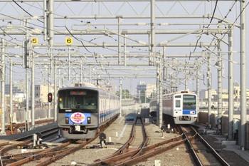 2014年6月1日、石神井公園、6番線で待機する「ウーマノミクス」PR電車の20151Fと女性が運転する6112Fの6504レ。