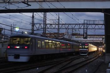 2014年7月11日19時10分頃、仏子、中線で特急を待避するメトロ10121Fの上り回送(77S運用)。