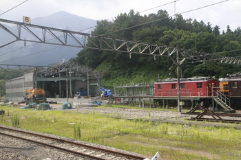 2014年8月3日、横瀬、保存車両と、手前が取り壊された建屋を下り列車から撮影。