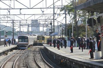 2014年11月3日 9時35分頃、稲荷山公園、メトロ10103Fの上り回送列車と2077Fの各停 入間市ゆき。