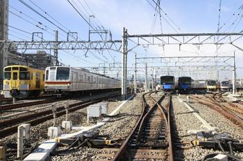 2014年12月14日 午前10時13分ころ、保谷駅電留線。3011Fと8連の東急4108Fが右端に見えます。