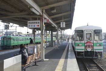 2014年12月17日 10時13分頃、貴生川、草津線の113系と信楽高原鉄道SKR-301ほか。
