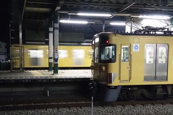 2014年12月24日 18時27分頃、練馬、通過する9000系急行列車(奥)と2465Fほかの上り回送(手前)。