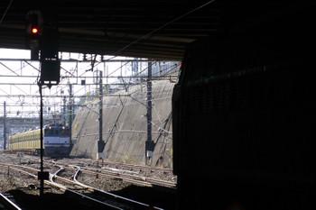 2014年12月15日 12時9分頃、新秋津、側線を出てホームに向かうEF65-2093+西武3007Fの貨物列車が奥に写っています。