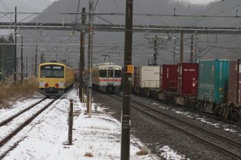 2014年12月16日 7時53分頃、近江長岡、西武3007F+EF65-2083の下り貨物列車と、JR東海の313系電車と上りコンテナ貨物列車。