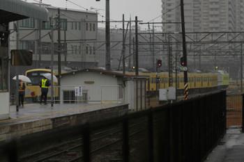2014年12月16日 13時59分頃、彦根(JRホームから撮影)、車庫に押し込まれる西武3007F。