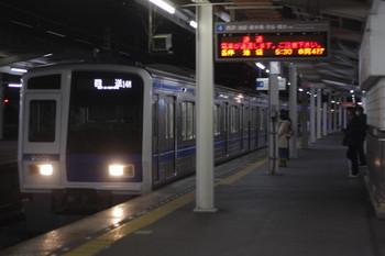 2015年1月20日 5時28分、西所沢、4番ホームを通過する6105Fの上り回送列車。