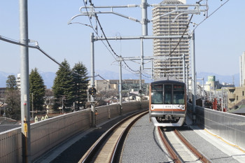 2015年2月1日、石神井公園~大泉学園、高架線を走るメトロ10000系上り列車。