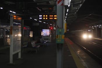 2015年2月6日 5時37分頃、清瀬、左はY501Fこの後 電源が落ち車内は真っ暗に。右は6107Fの上り回送列車。