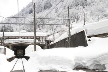 2015年3月2日、立山駅、左奥の電車は富山ゆき318となる14769ほか2両編成。