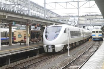 2015年3月2日、富山、国鉄色は「北越6号」(056M)。右の683系は「しらさぎ14号」(14M)。