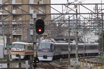 2015年3月21日 14時56分ころ、東村山、並んで発車した10105Fの西武園ゆき臨時列車と10112Fの119レ。
