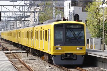 2015年4月18日 13時51分頃、東長崎、3番ホームを通過する6157Fの上り回送列車。