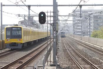 2015年4月18日 14時27分頃、中村橋、黄色の6157Fの臨時・快速急行 所沢ゆき。