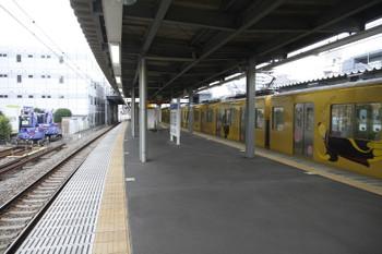 2015年5月24日、東長崎、4番ホーム脇に置かれたユンボ2台。