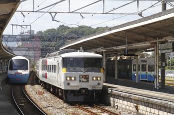 2015年7月25日、伊東、並んだリゾート21と185系踊り子号と元東急8000系の普通列車。