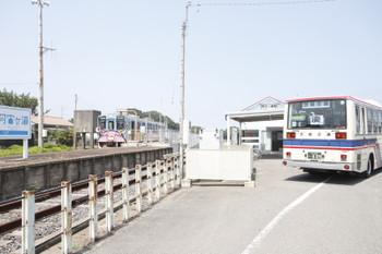 2015年8月1日 12時34分ころ、阿字ヶ浦、「スマイルあおぞらバス」とキハ37100-03。