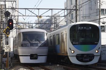 2015年10月21日、高田馬場~下落合、遅れの118レ(10106F)と5137レ(38115F)。