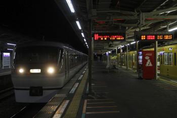 2015年11月7日 5時24分、小手指、飯能方から2番ホームに到着する10104Fの上り回送列車。