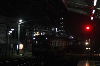 2015年12月8日 5時35分頃、清瀬、引き上げ線から4番ホームへ入るY514F。<br>右奥に上り回送列車の6115Fの前照灯が見えます。