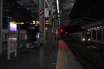 2015年12月22日 5時37分頃、清瀬、右が到着する6105Fの上り回送列車。左の東急5165Fはこの後 消灯しました。