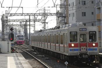 2016年1月2日 11時9分頃、千葉中央、3576ほかの普通 京成津田沼ゆき。奥は引き上げ線で折り返し待ちの新京成N821ほか。