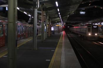 2016年1月28日、清瀬、4番ホームに停車中の東急5170Fと到着する6154Fの上り回送列車。