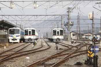 2016年2月6日、秩父、「蝋梅」ヘッドマークの秩父鉄道1006レと留置中の西武鉄道4000系。