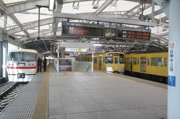 2016年2月11日 8時34分頃、石神井公園、到着した10105Fの下り団体臨時列車と2075Fの5705レ。