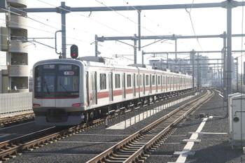 2016年2月11日、石神井公園、8連の東急4106Fが走る6752レ。