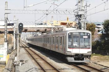 2016年2月13日 10時53分、武蔵藤沢、通過する東急5151Fの上り回送列車。