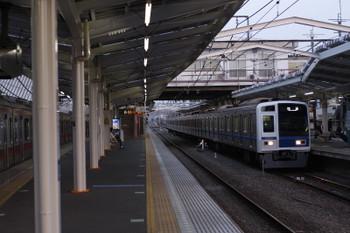 2016年4月1日、清瀬、右が2番ホームへ到着する6109Fの上り回送。左は東急5156F。