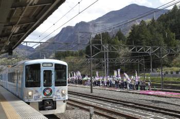 2016年4月17日 13時56分頃、横瀬、2番ホームをゆっくり通過する4009F。