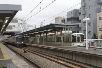 2016年7月9日、東長崎、4017F+4023Fの下り回送列車が停車中。20103Fの2159レが通過。