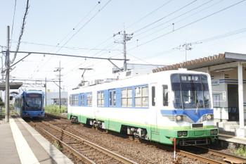 2016年7月11日 8時44分頃、江端、発車したF1002の越前武生ゆきと到着する880ほかの福井駅ゆき。